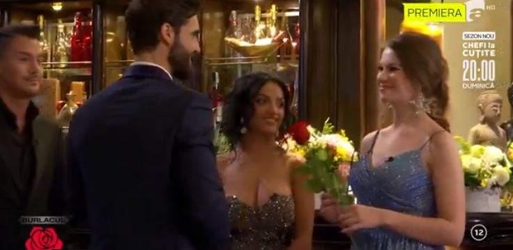 Andi Constantin îi oferă un trandafir unei concurente