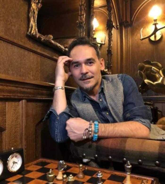 Răzvan Simion în timp ce joacă șah.