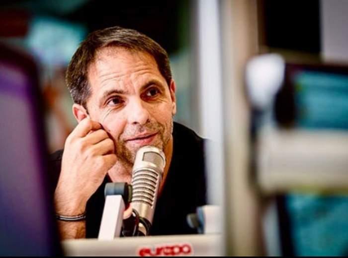 Dan Negru, în ținută neagră, vorbește la microfon