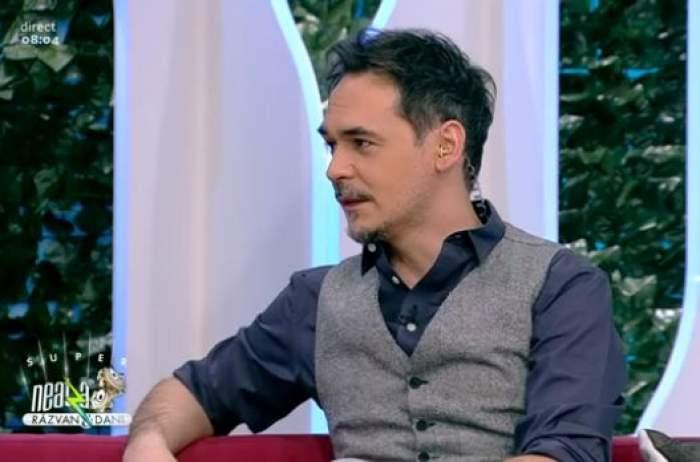 Răzvan Simion, în cămașă și vestă, la Antena 1