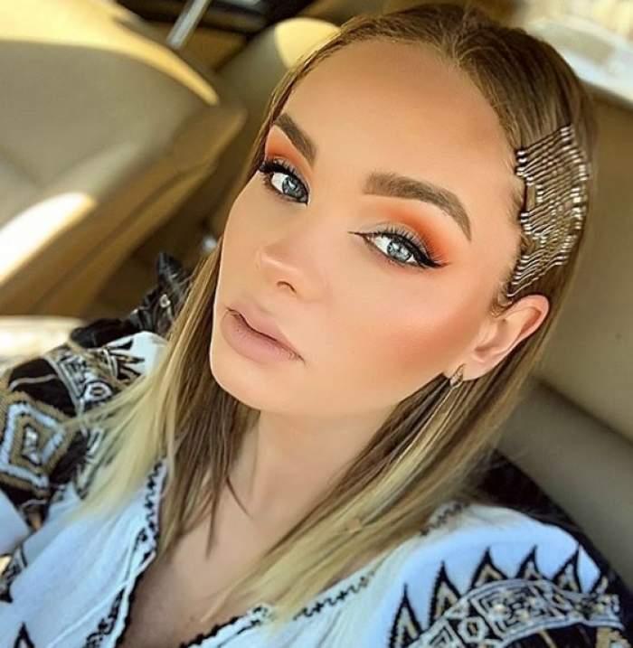 Maria Constantin, selfie în mașină, în costum tradițional și machiată