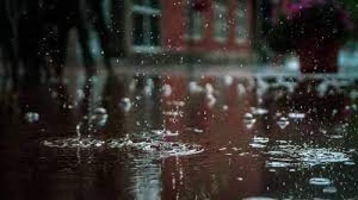O stradă acoperită de ploaie