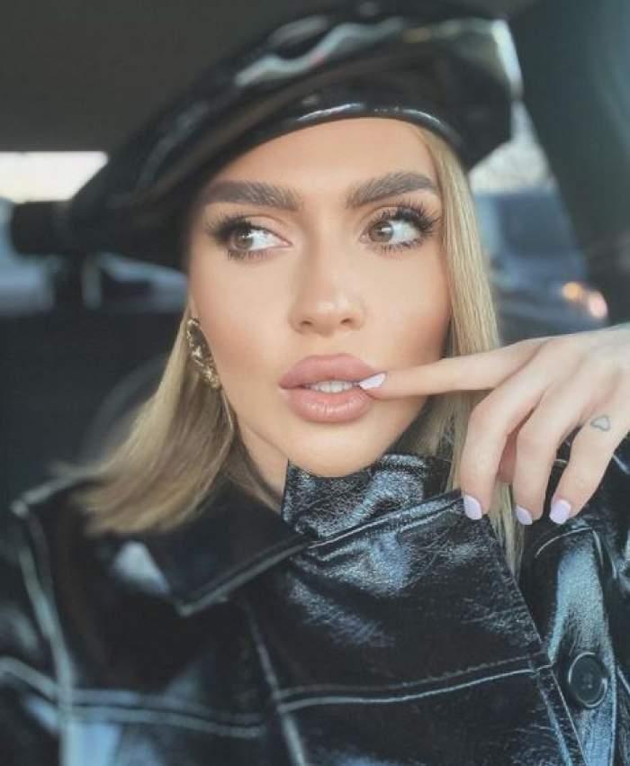 Oana Radu, selfie în mașină, cu bască pe cap.