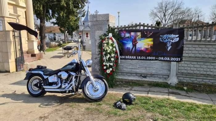 Imagine de la poarta cimitirului