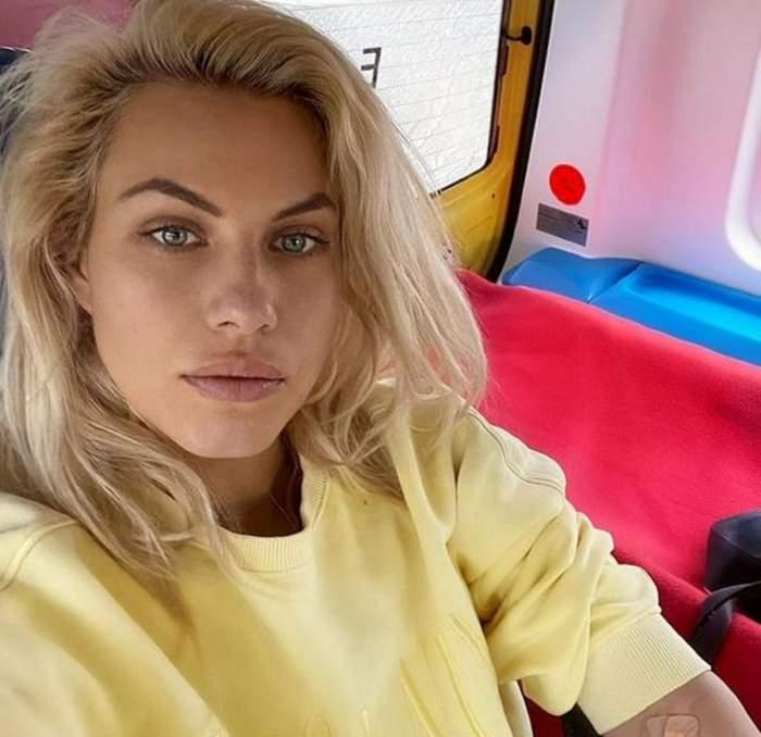 Amna poartă o bluză galbenă și își face un selfie. Artista e în Ambulanță.
