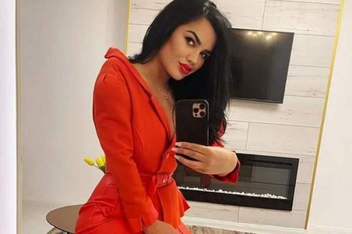 Carmen de la Sălciua, selfie în oglindă, în rochie roșie