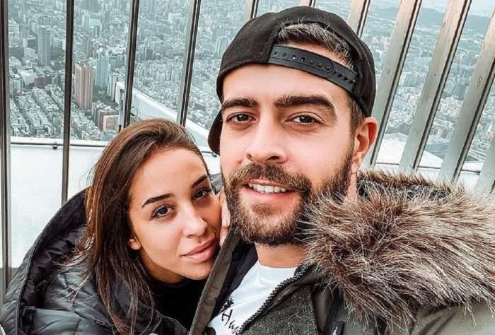 Speak și Ștefania într-un selfie. Cei doi se află afară, pe un balcon și poartă geci de iarnă. El are o șapcă întoarsă pe cap, neagră, iar ea zâmbește slab.