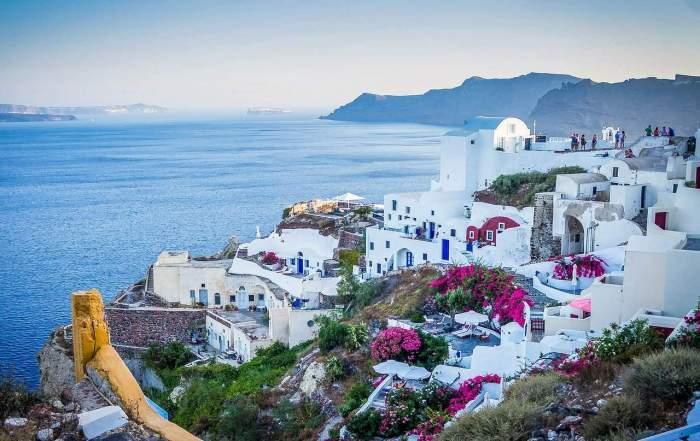 Mai multe case la malul mării, în Grecia