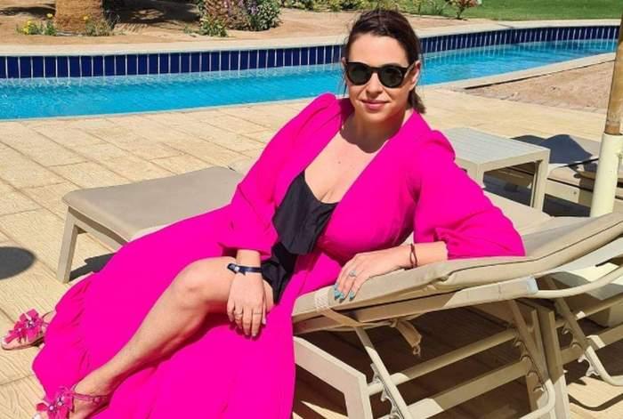 Oana Roman, pe plajă, îmbrăcată în negru și roz
