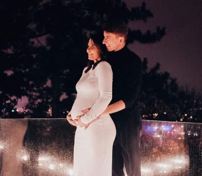 Andreea Popescu și soțul, îmbrățișați pe balcon, ea însărcinată