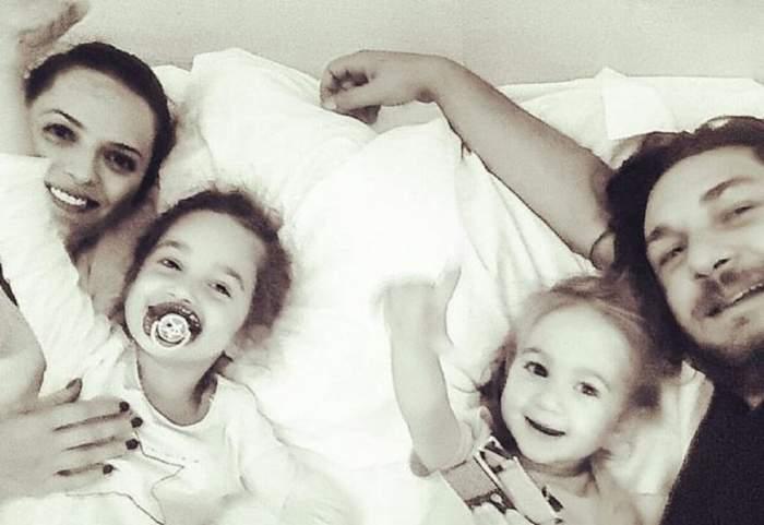 Florin Dumitrescu și familia lui se află în pat. Toți au zâmbete largi pe chip.