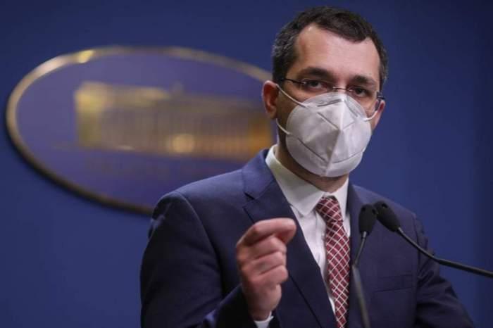 Vlad Voiculescu, îmbrăcat în negru, cu masca de protecție pe față