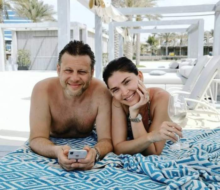 Alina Pușcaș și soțul Mihai Stoenescu pe plajă