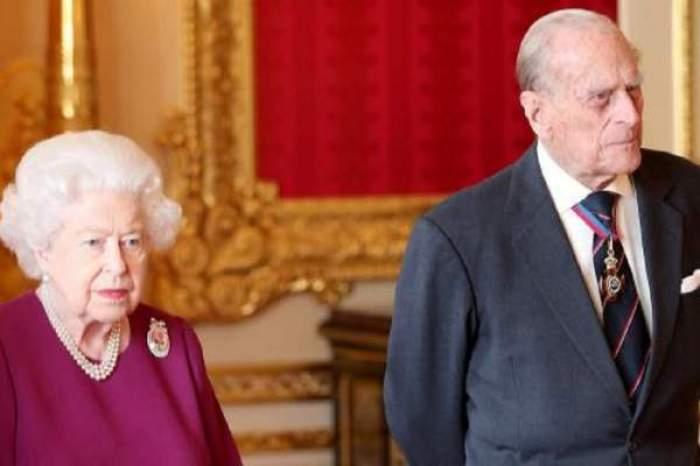 printul filip si regina elisabeta stau drepti in castel