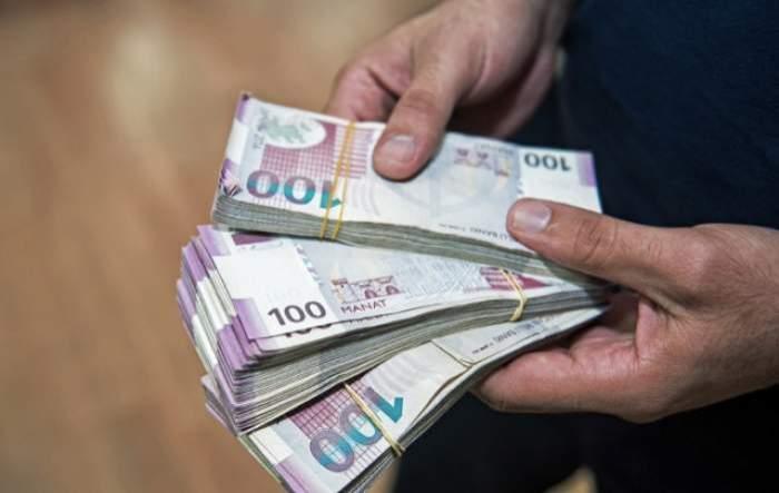 o persoana cu bani in mana
