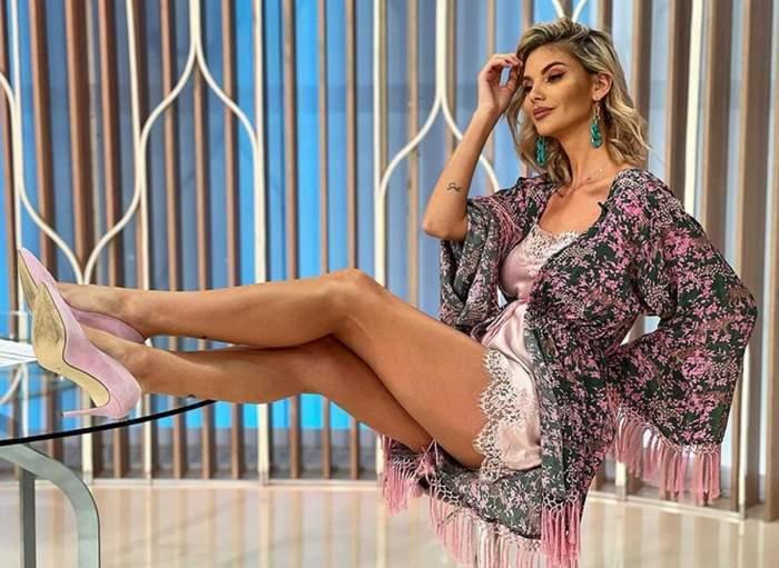 Ramona Olaru, în ținută colorată, cu picioarele pe masă