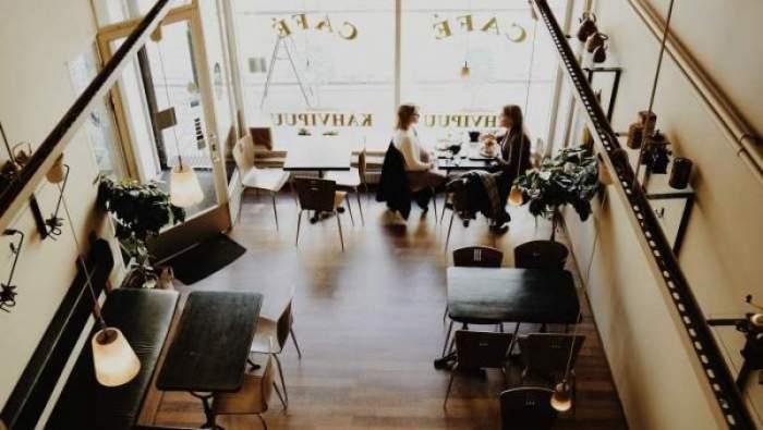 O cafenea cu oameni care stau la masă