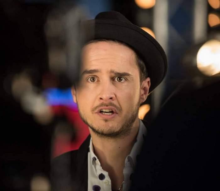 Șerban Copoț, cu pălărie neagră pecap, printre camerele de filmat