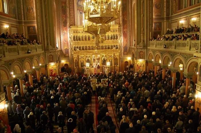 O biserică plină cu oameni