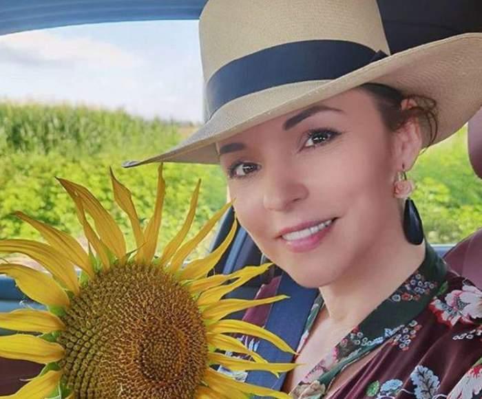 Andreea Marin cu floarea soarelui în brațe.