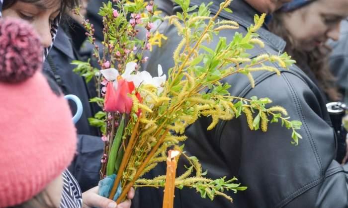 oameni la biserica cu salcie in maini de Florii