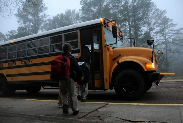 un autobuz care duce copiii la scoala