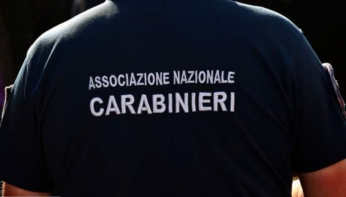 spatele unui polițist italian