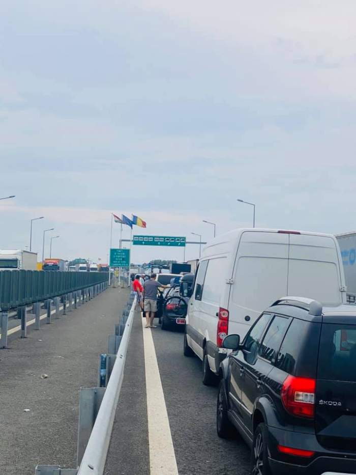 """Mii de români, blocaţi la Vama Nădlac în drum spre locurile natale. """"Nici nu ne dau informaţii şi ne repezesc"""""""