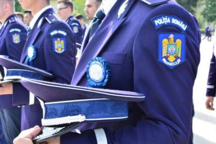 polițist în timpul jurământului
