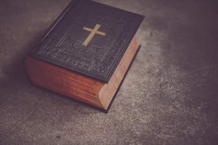 biblie pe masă