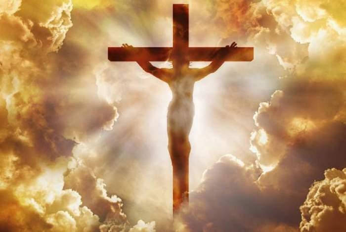 O fotografie simbol cu Iisus Hristos răstignit pe Cruce.