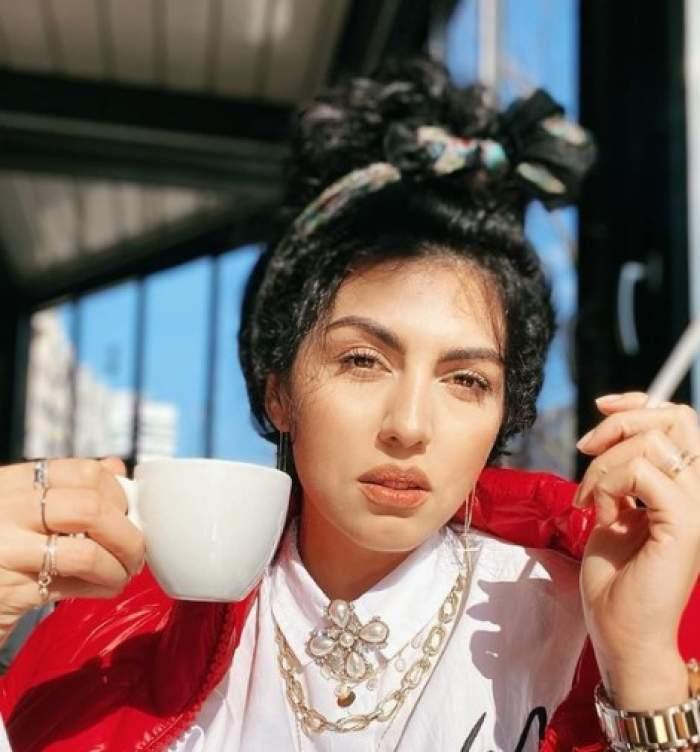 Doinița Oancea, cu o cafea în mână