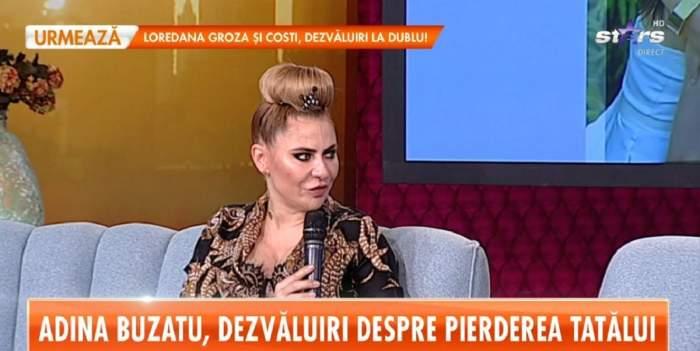 """Adina Buzatu poartă o bluză neagră cu model auriu. Vedeta stă pe canapeaua gri de la """"Star Matinal"""" și vorbește la microfon. Designerul are părul prins în coc."""