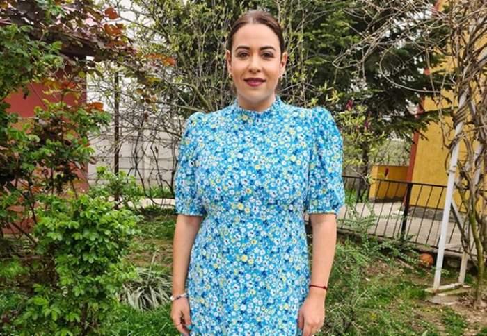 oana roman in rochie albastra cu flori