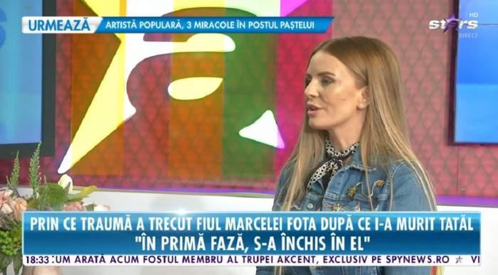 Marcela Fota poartă o geacă din denim albastră. Vedeta dă un interviu la Antena Stars.