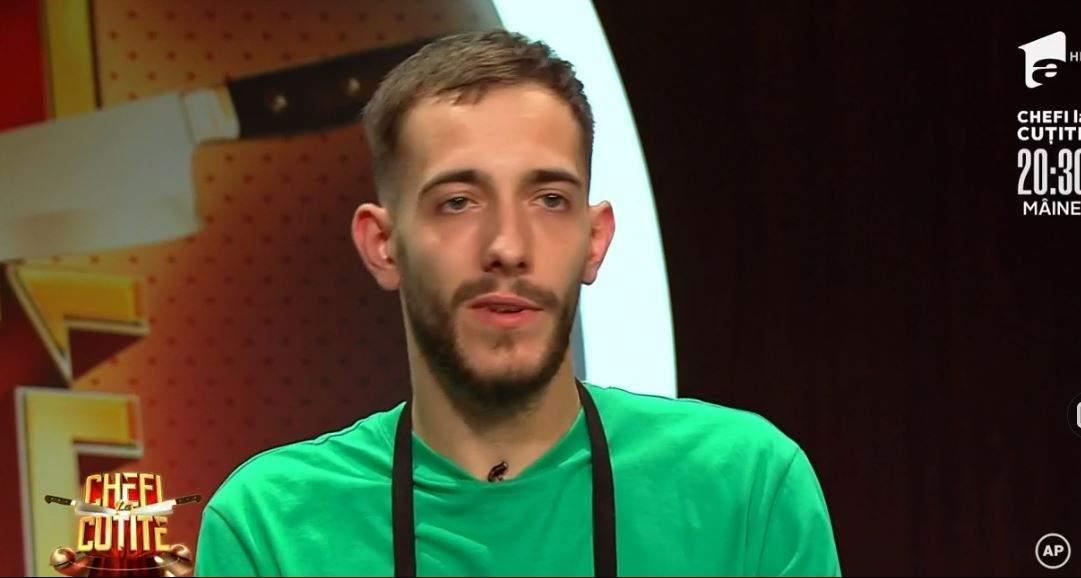 Luca Pintea este la Chefi la cuțite. Concurentul poartă tricou verde și șorț negru.
