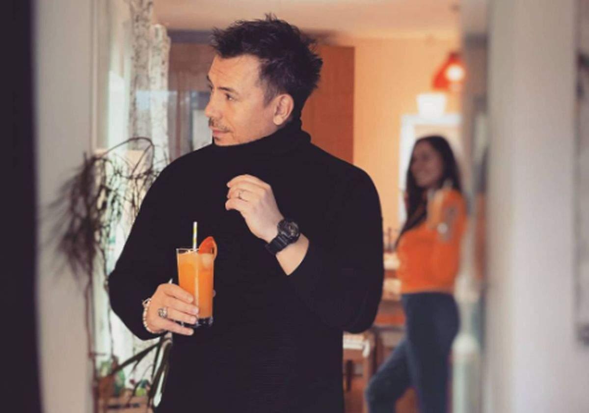 Răzvan Fodor imbracat in negru cu un pahar de suc in mana