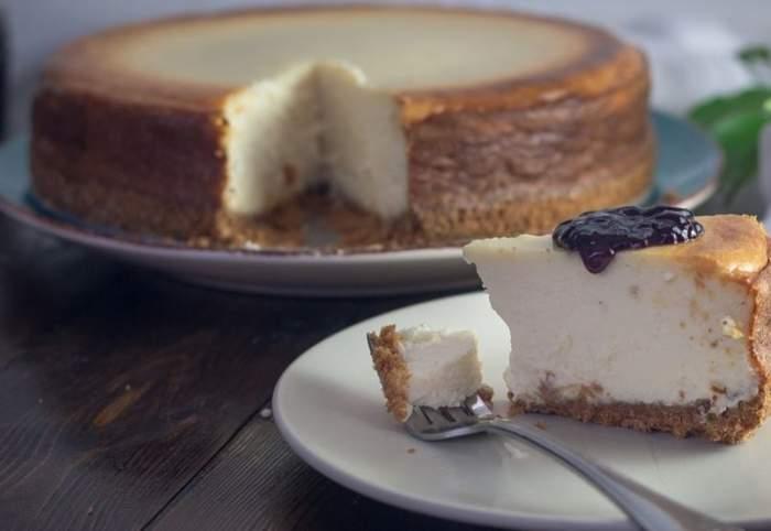 Prăjitură pe farfurie.