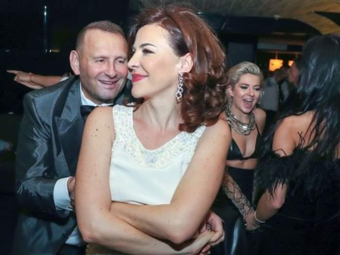 Viorel Cataramă și Adina Alberts dansand la o petrecere