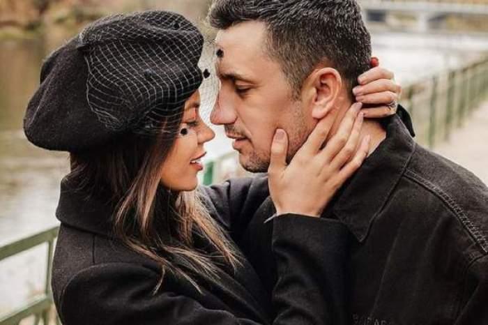 Denisa Hodișan și Flick, îmbrățișați, îmbrăcați amândoi în negru