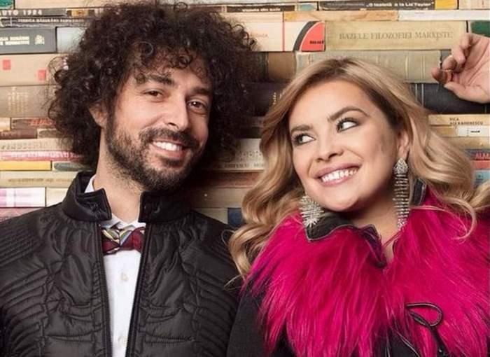 Bianca și Marius Moga zâmbesc larg. El poartă geacă neagră și pe dedesubt cămașă albă, iar ea o bluză roz cu pene la guler.