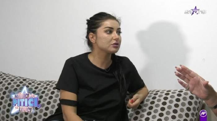 Elena Ionescu poartă un tricou negru și are părul prins în coadă. Vedeta vorbește despre tatăl copilului ei la Antena Stars.