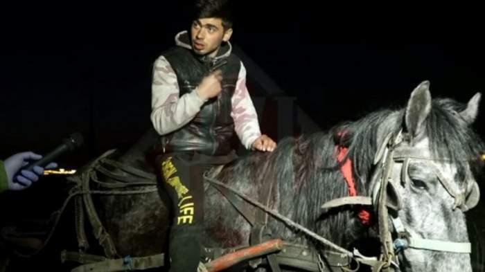 Sergiu Ciobotariu este calare pe cal, noaptea