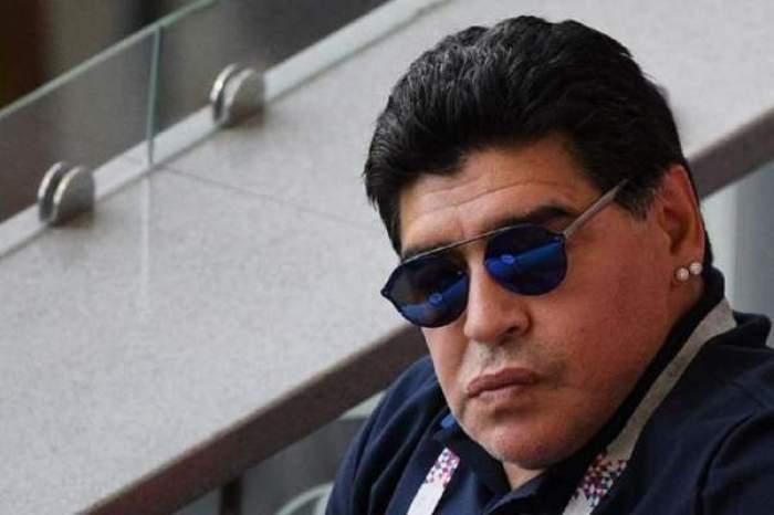Diego Maradona  cu ochelari de soare
