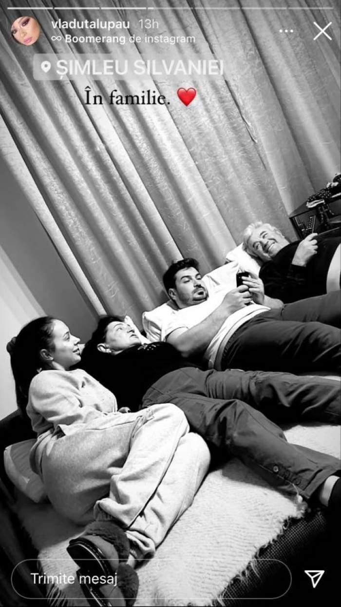 Vlăduța Lupău e cu familia ei pe canapea. Artista și mama ei vorbesc, tatăl ei ține telecomanda în mână, iar fratele ei se uită pe telefon.