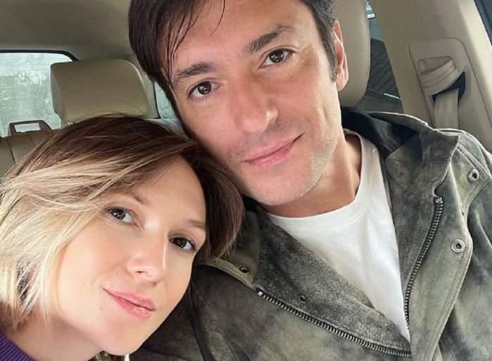 Adela Popescu și Radu Vâlcan în mașină. Cei doi își fac un selfie. Ea ține capul pe pieptul lui, iar el poartă un tricou alb și geacă gri.