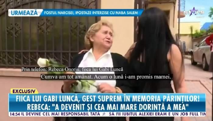Gabi Luncă și fiica ei sunt în fața casei. Regretata artistă are în mână un trandafir alb.