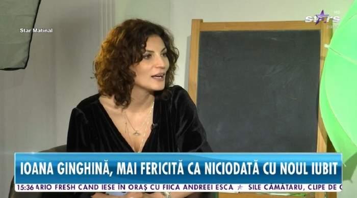 Ioana Ginghină dă un interviu la Antena Stars. Vedeta poartă o bluză neagră și are gura deschisă.