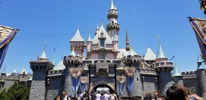 S-a redeschis Disneyland! În ce oraș s-a renunțat la restricții și cine are voie în parcul de distracții