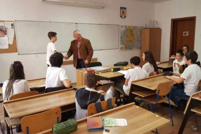 o clasa la scoala cu elevi